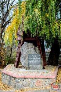 Пам'ятний знак на місці будинку Драгоманових