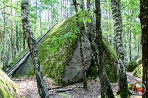 Валун в формі піраміди в Кам'яному Селі