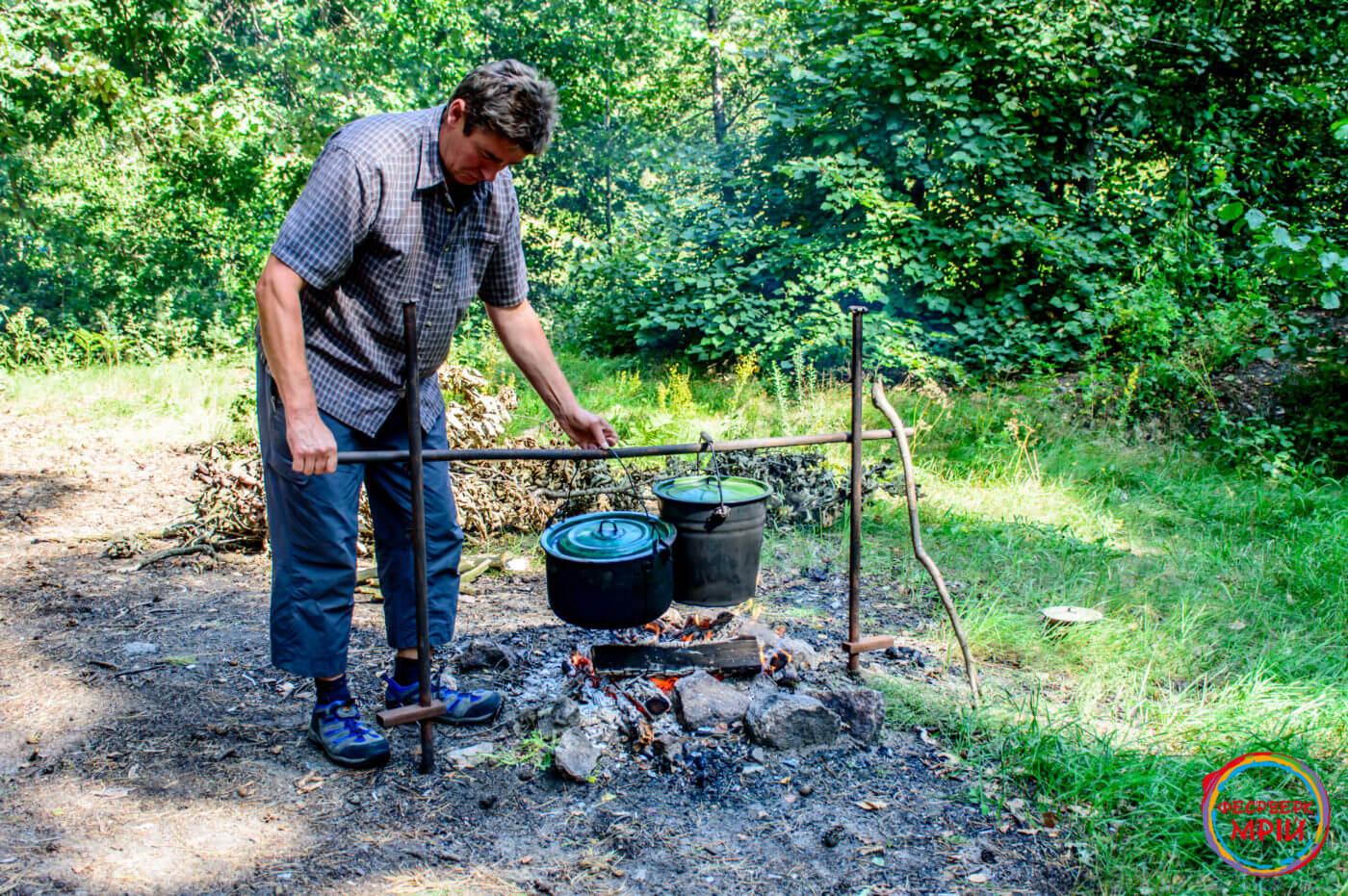 Приготування страв для пікніка на вогнищі