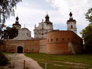 Центральний вхід та мури Монастиря Кармелітів Босих